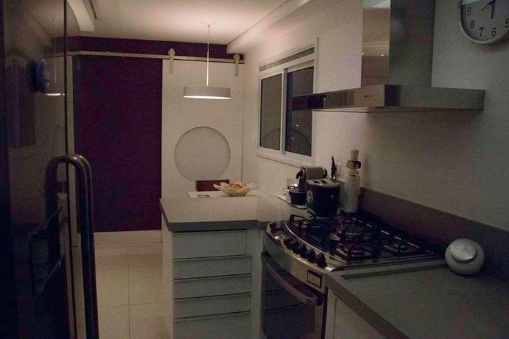MONICA SPADA DURANTE ARQUITETURA Modern kitchen Purple/Violet