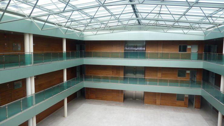 ABAD Y COTONER, S.L. Modern corridor, hallway & stairs