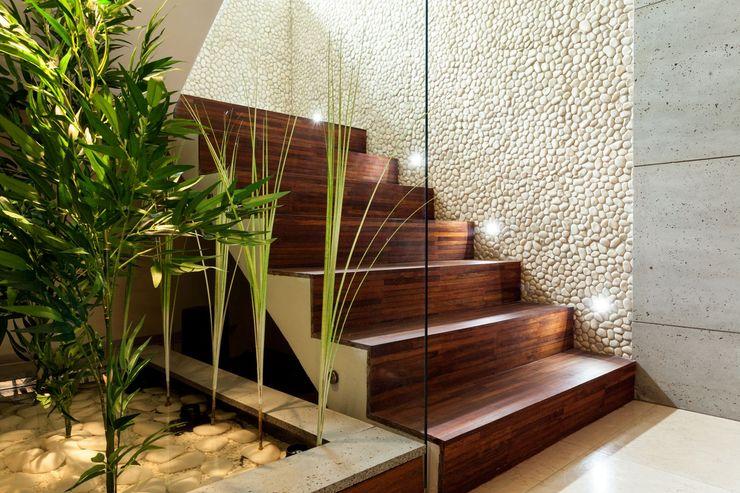 Klatka schodowa i fontanna Venturi Home Solutions Nowoczesny korytarz, przedpokój i schody
