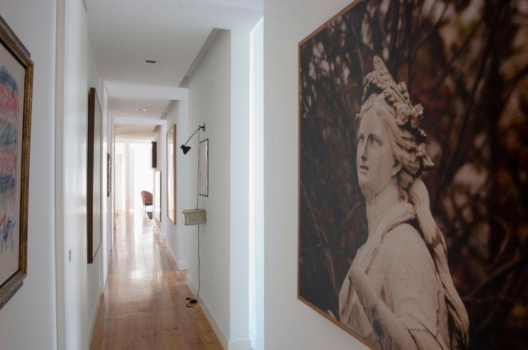 XYZ Arquitectos Associados Modern Corridor, Hallway and Staircase