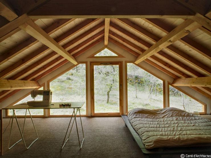 CARRE d'ARCHITECTES モダンスタイルの寝室 無垢材
