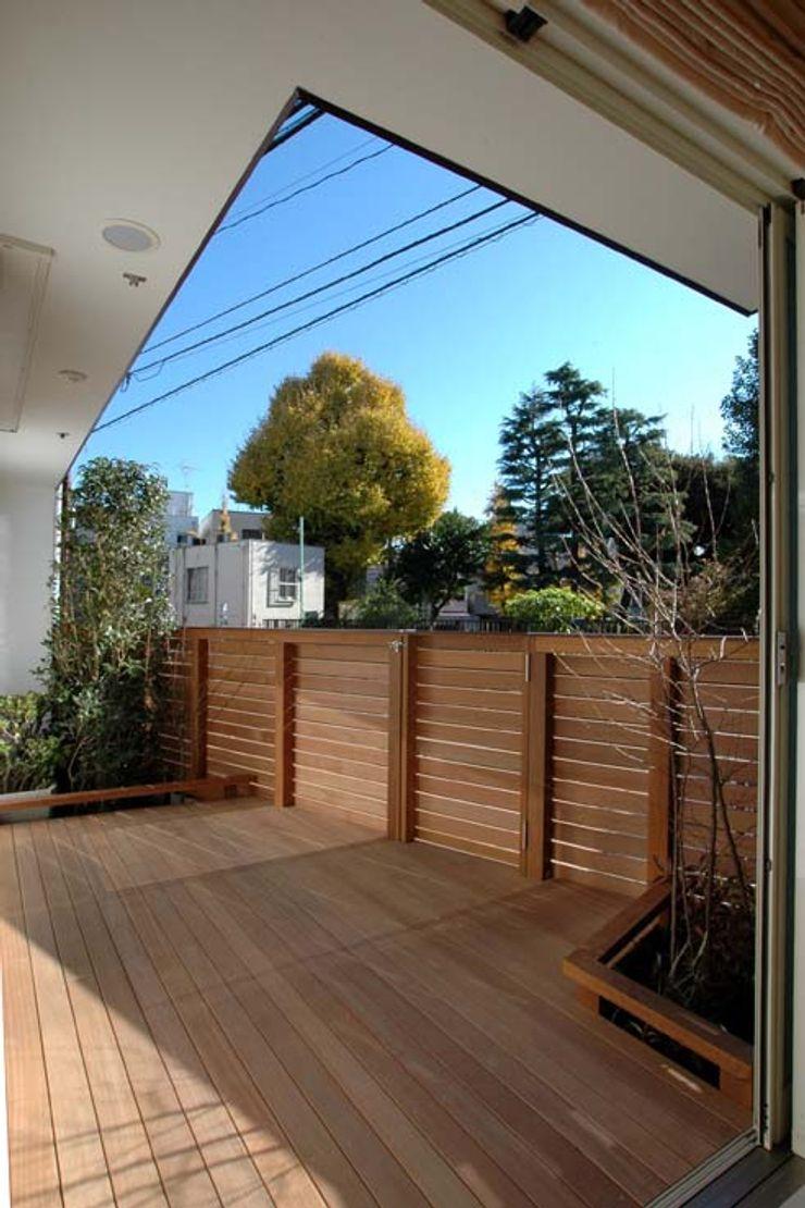 深澤設計 Balcones y terrazas de estilo rural