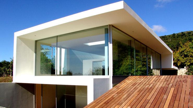 MANUEL CORREIA FERNANDES, ARQUITECTO E ASSOCIADOS Modern houses