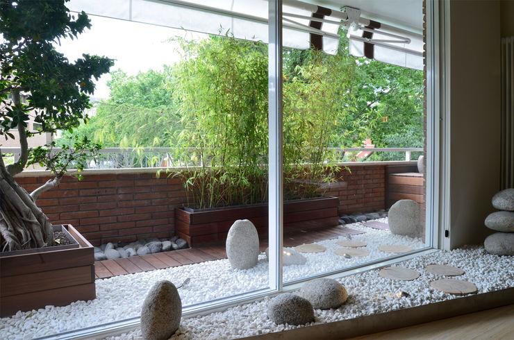 Jardín de piedra japonés. Daifuku Designs Balcones y terrazas de estilo asiático