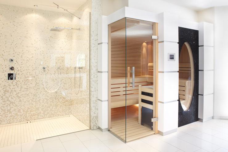 Sauna mit Glas über Eck und großem ovalen Fenster Erdmann Exklusive Saunen Moderner Spa