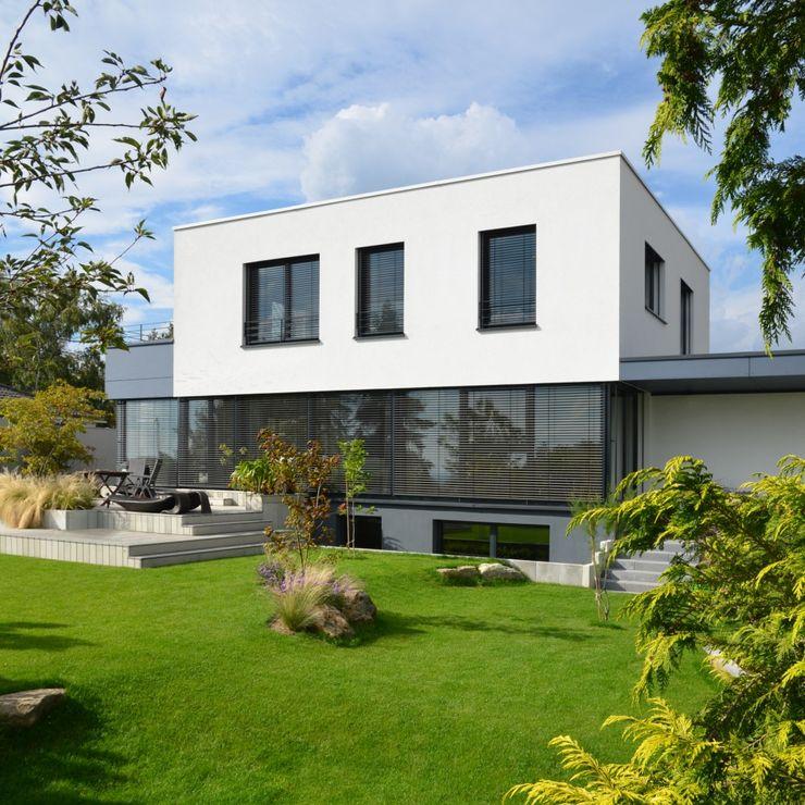 Einfamilienhaus im Bauhausstil Plusenergiehaus | p Erlangen/Nürnberg BUCHER | HÜTTINGER - ARCHITEKTUR INNEN ARCHITEKTUR Moderne Häuser Holz Weiß