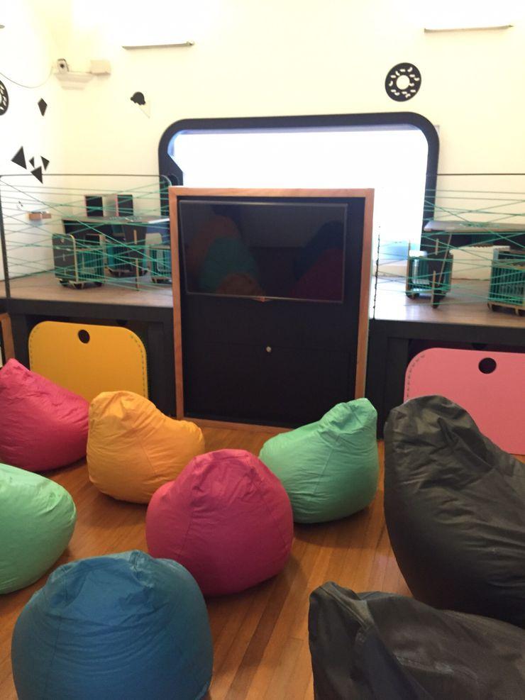 Vista panorámica Salón de niños Amétrico Estudio Espacios comerciales de estilo minimalista