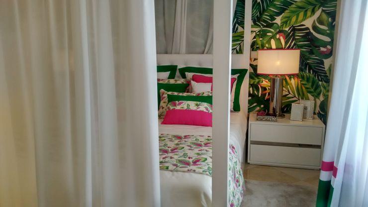 """Quarto de Hóspedes """"Cabana Tropical Verde e Fúcsia"""" By Andreia Louraço Design e Interiores Andreia Louraço - Designer de Interiores (Email: andreialouraco@gmail.com) Quartos tropicais Seda Rosa"""