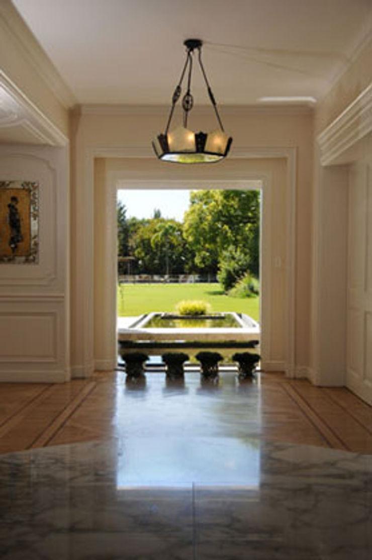 Estudio Susana Villaverde Modern corridor, hallway & stairs
