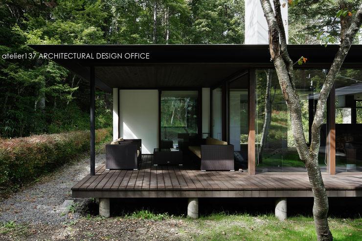 インナーテラス~037軽井沢 I さんの家 atelier137 ARCHITECTURAL DESIGN OFFICE クラシックデザインの テラス 木 ブラウン