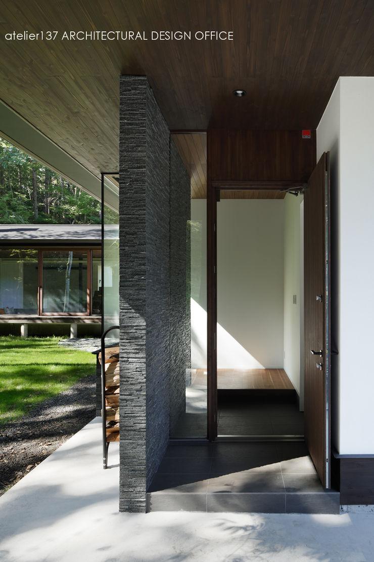 玄関ドア~037軽井沢 I さんの家 atelier137 ARCHITECTURAL DESIGN OFFICE クラシカルスタイルの 玄関&廊下&階段 木 木目調