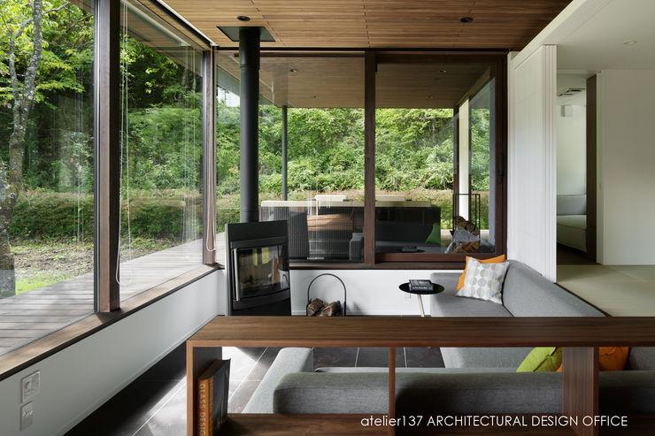 atelier137 ARCHITECTURAL DESIGN OFFICE Moderne Wohnzimmer Fliesen Braun