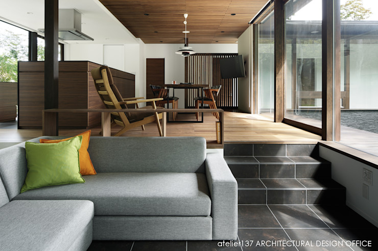 リビング~037軽井沢 I さんの家 atelier137 ARCHITECTURAL DESIGN OFFICE モダンデザインの リビング タイル ブラウン