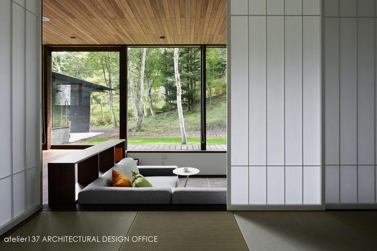 和室+リビング~037軽井沢 I さんの家 atelier137 ARCHITECTURAL DESIGN OFFICE 和風デザインの リビング 木 ブラウン