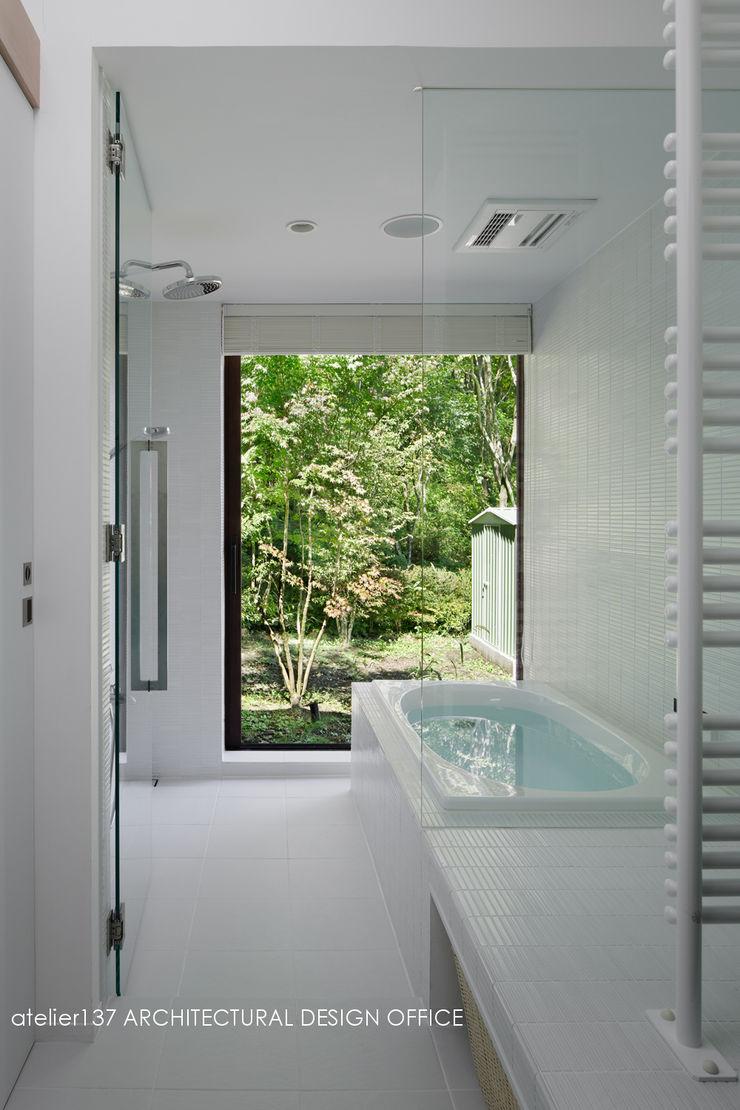 浴室~037軽井沢 I さんの家 atelier137 ARCHITECTURAL DESIGN OFFICE モダンな スパ タイル 白色