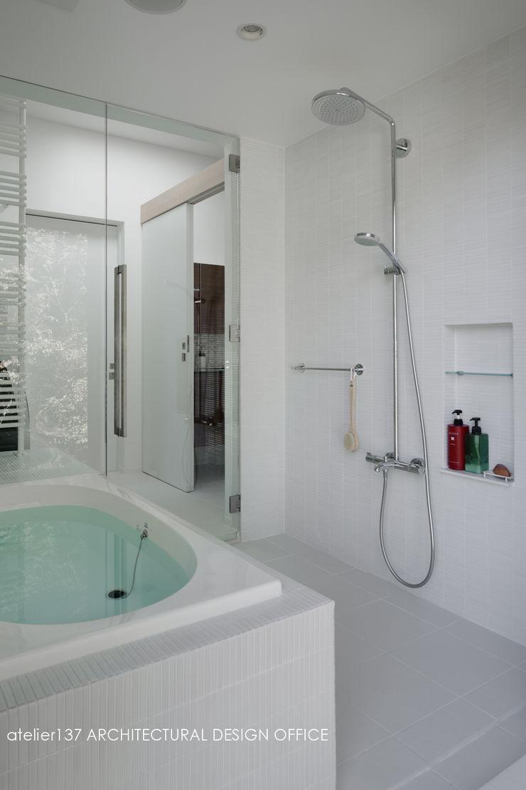 浴室~037軽井沢 I さんの家 atelier137 ARCHITECTURAL DESIGN OFFICE モダンスタイルの お風呂 タイル 白色