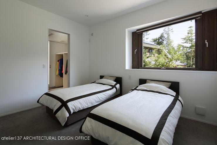 寝室~037軽井沢 I さんの家 atelier137 ARCHITECTURAL DESIGN OFFICE モダンスタイルの寝室 ベージュ
