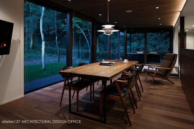 ダイニング夕景~037軽井沢 I さんの家 atelier137 ARCHITECTURAL DESIGN OFFICE モダンデザインの ダイニング 木 ブラウン