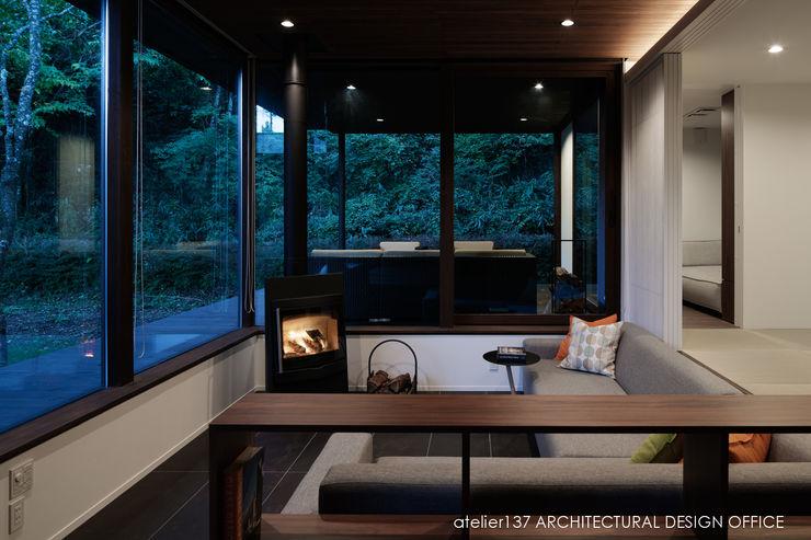 リビング夕景~037軽井沢 I さんの家 atelier137 ARCHITECTURAL DESIGN OFFICE モダンデザインの リビング タイル ブラウン