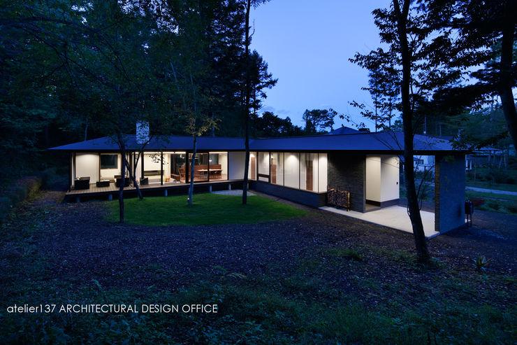 外観夕景~037軽井沢 I さんの家 atelier137 ARCHITECTURAL DESIGN OFFICE モダンな 家