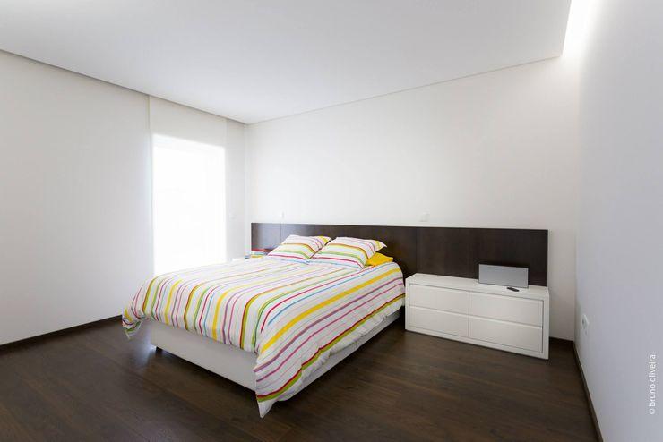 house 116 bo | bruno oliveira, arquitectura Спальня Дерево Білий