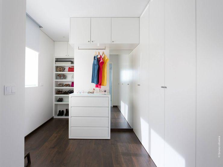 house 116 bo | bruno oliveira, arquitectura Modern Dressing Room MDF White