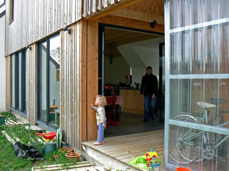 Mini/Maxi LAUS architectes Balcon, Veranda & Terrasse ruraux