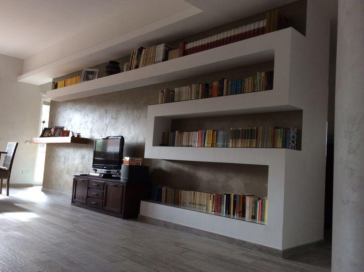 libreria in cartongesso piano a Pareti & Pavimenti in stile moderno
