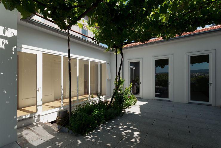 Casa em Chaves bAse arquitetura Jardins modernos