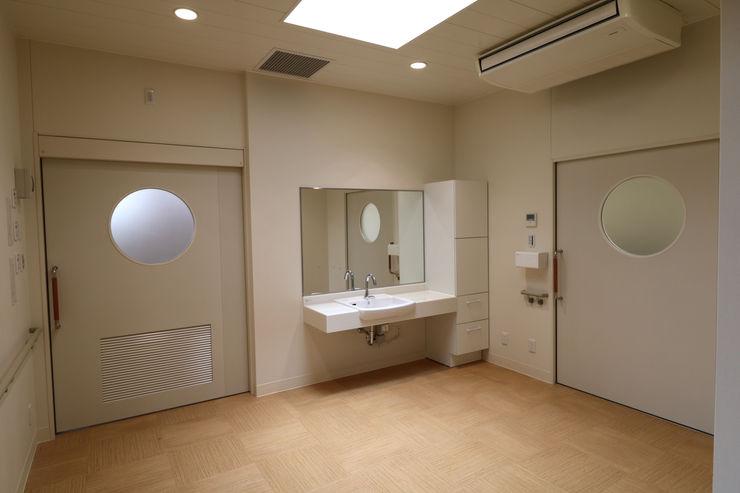 脱衣室 設計工房 A・D・FACTORY 一級建築士事務所 モダンな医療機関 木材・プラスチック複合ボード ベージュ