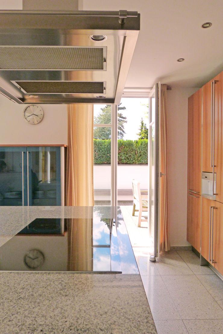 beyond REAL ESTATE Modern Kitchen