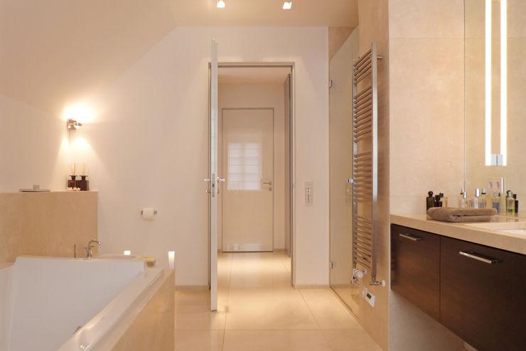 beyond REAL ESTATE Modern Bathroom