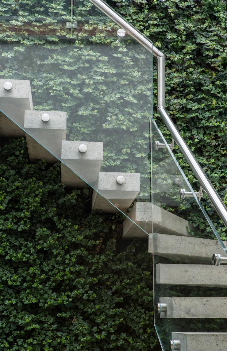 Folio Design | The Crafted House | Staircase Folio Design Коридор Камінь Зелений