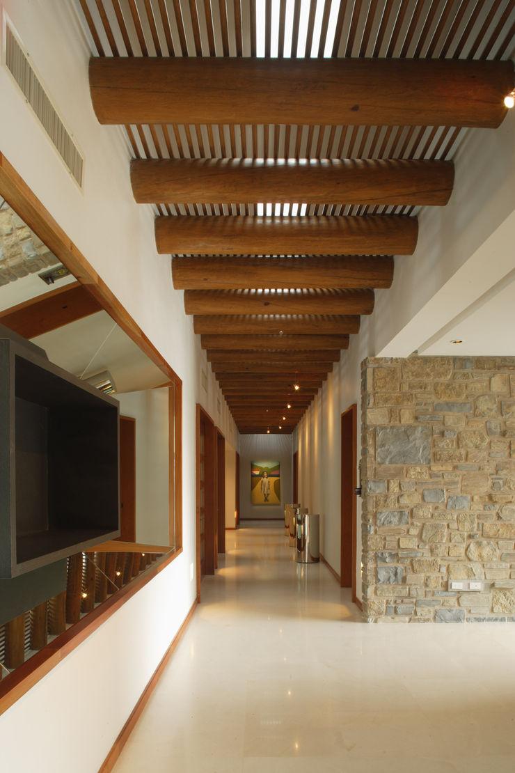 Portico Arquitectura + Construcción Colonial style corridor, hallway& stairs Solid Wood