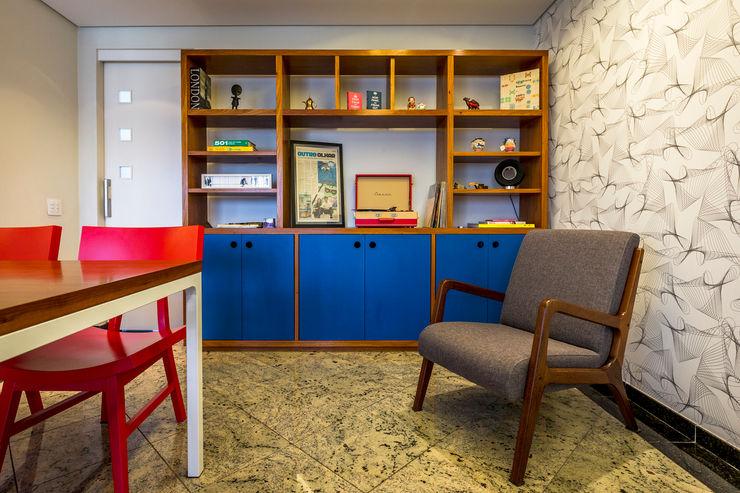 Estante de madeira com laca azul. Enzo Sobocinski Arquitetura & Interiores Salas de jantar modernas Granito Azul