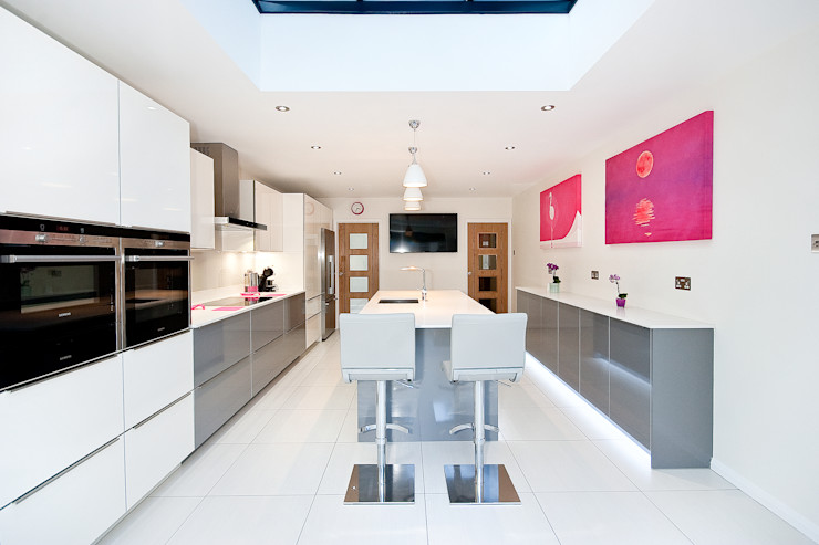 White and Grey High Gloss with a Touch of Pink Kitchen Co-Ordnation Modern kitchen Quartz White