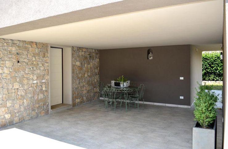 realizzazioni NCe Architetto Modern style balcony, porch & terrace