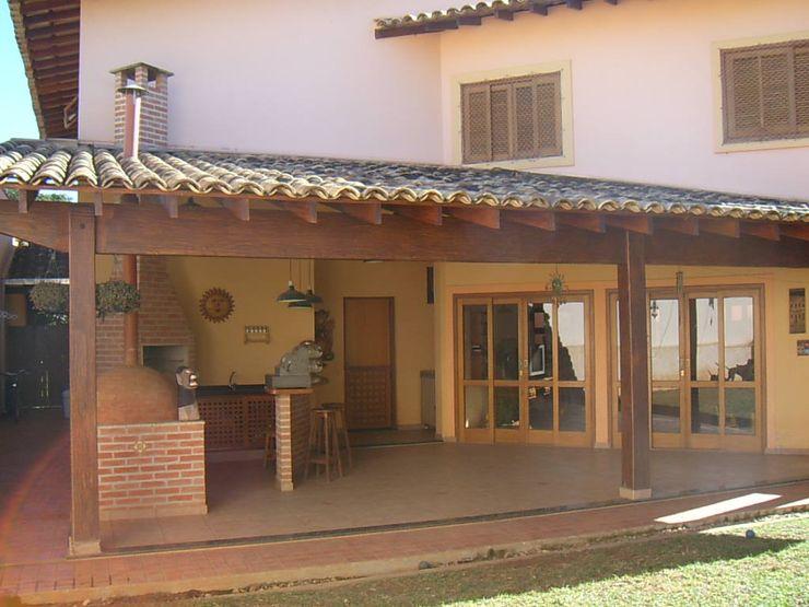 Terence Arquitetura Balcones y terrazas rústicos