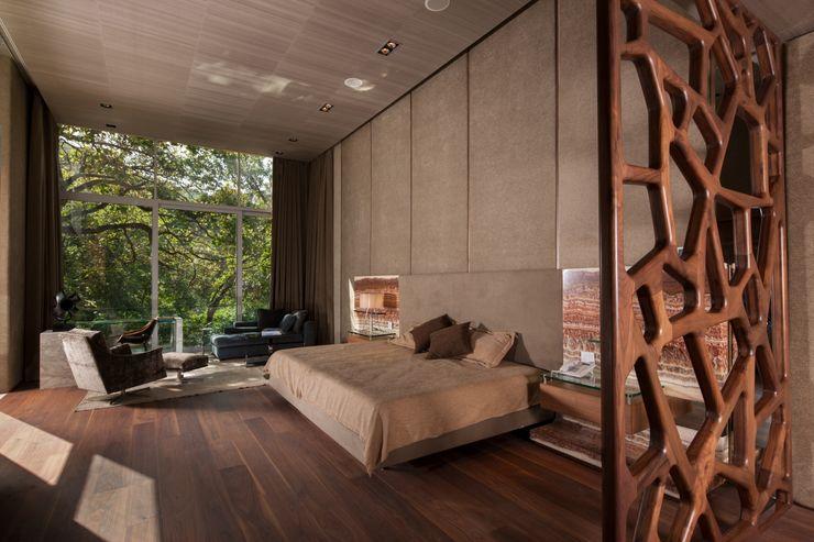 Portico Arquitectura + Construcción Modern Bedroom
