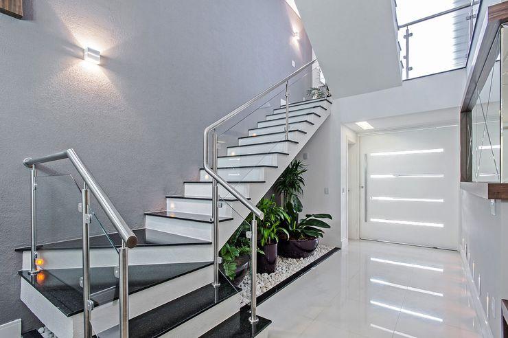 Patrícia Azoni Arquitetura + Arte & Design Modern corridor, hallway & stairs Grey