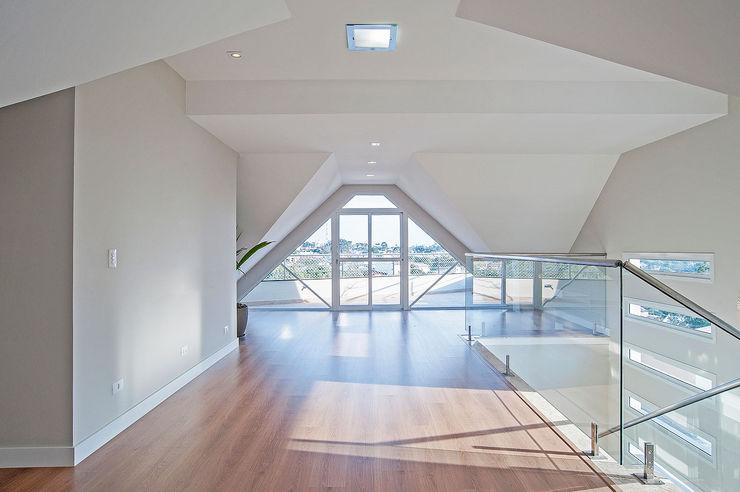 Patrícia Azoni Arquitetura + Arte & Design Balcon, Veranda & Terrasse modernes Effet bois