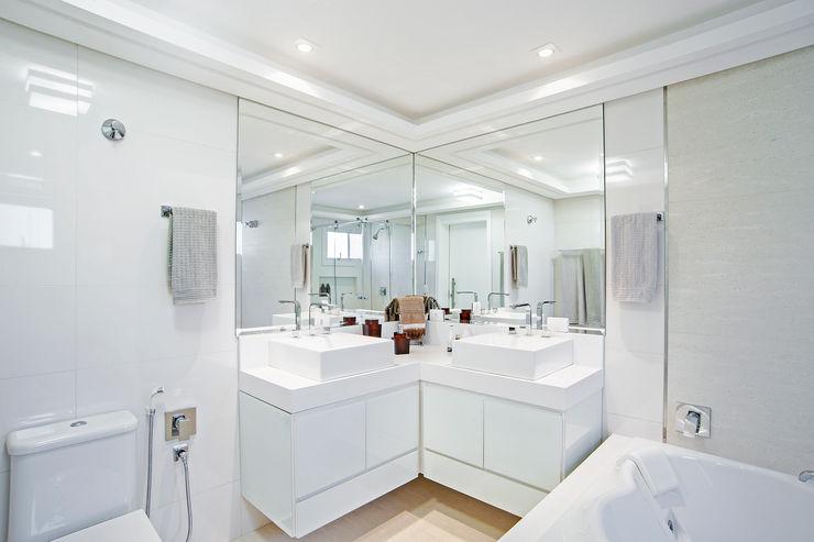 Patrícia Azoni Arquitetura + Arte & Design Salle de bain moderne Blanc