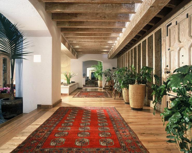 Casa R homify Pasillos, vestíbulos y escaleras clásicas