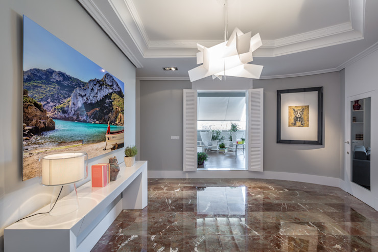 Un vestibulo con acceso directo a la terraza Laura Yerpes Estudio de Interiorismo Pasillos, vestíbulos y escaleras de estilo ecléctico Blanco