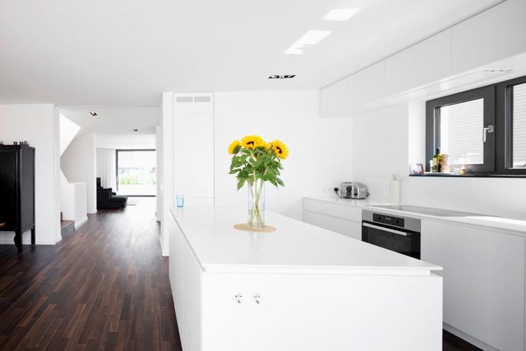 Corneille Uedingslohmann Architekten Modern Kitchen White