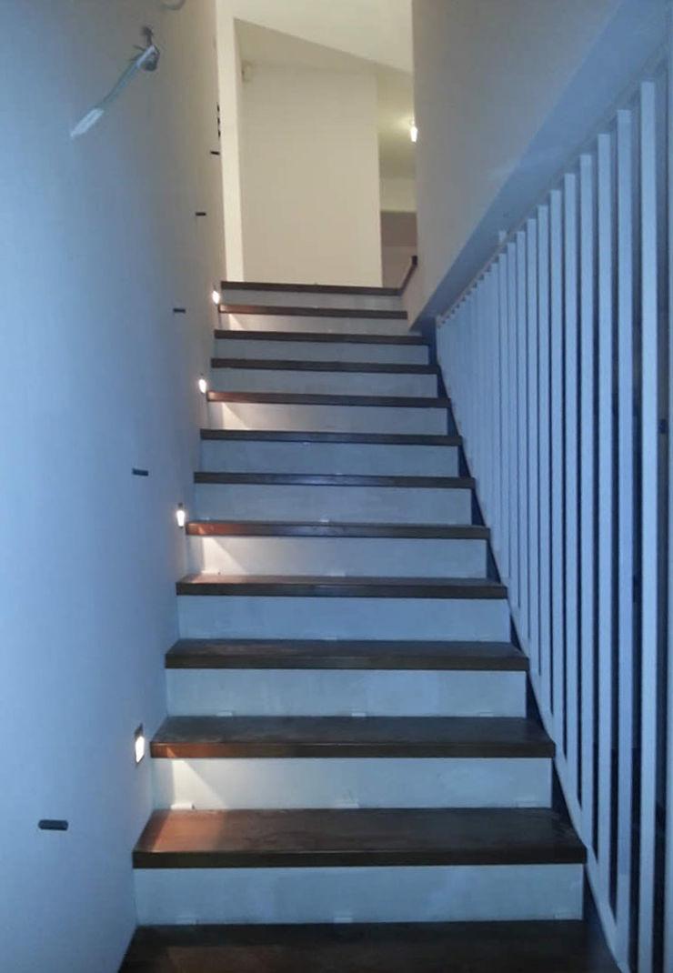 Neugestaltung des Treppenaufgangs Fa. RESANEO® Moderner Flur, Diele & Treppenhaus Weiß