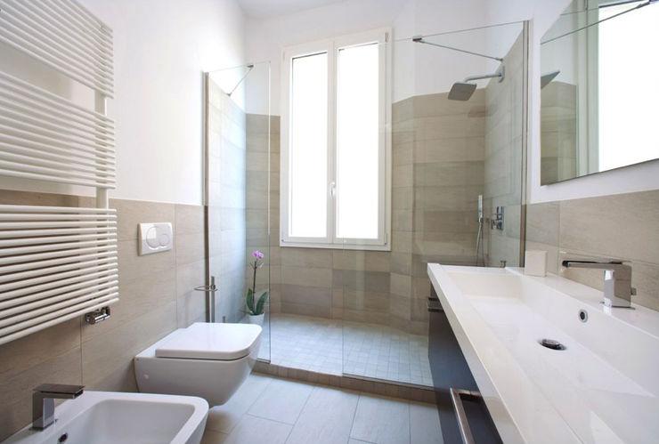 MIROarchitetti Casas de banho modernas Azulejo