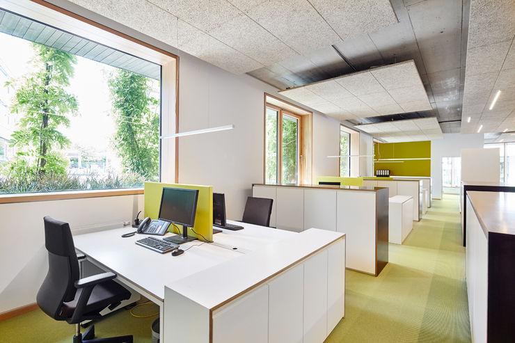 Arbeitsplätze DOMANI INTERIOR. Möbel. Art. aus Freiburg Minimalistische Bürogebäude Weiß