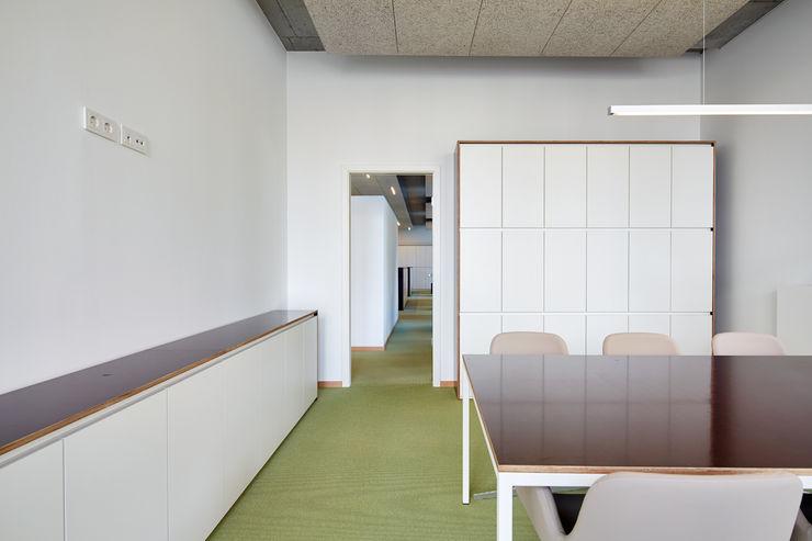 Besprechung DOMANI INTERIOR. Möbel. Art. aus Freiburg Minimalistische Bürogebäude