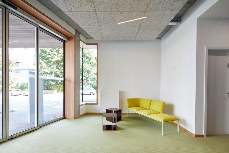Empfangsbereich DOMANI INTERIOR. Möbel. Art. aus Freiburg Minimalistische Bürogebäude
